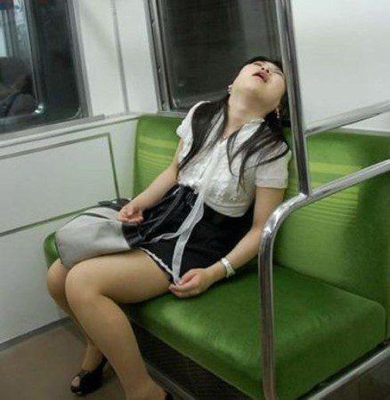 спящая в метро китаянка