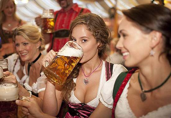 oktoberfest-girls-dirndl-beer-03