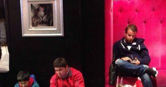 Мужики на шопинге со своими женщинами. (11 фото)