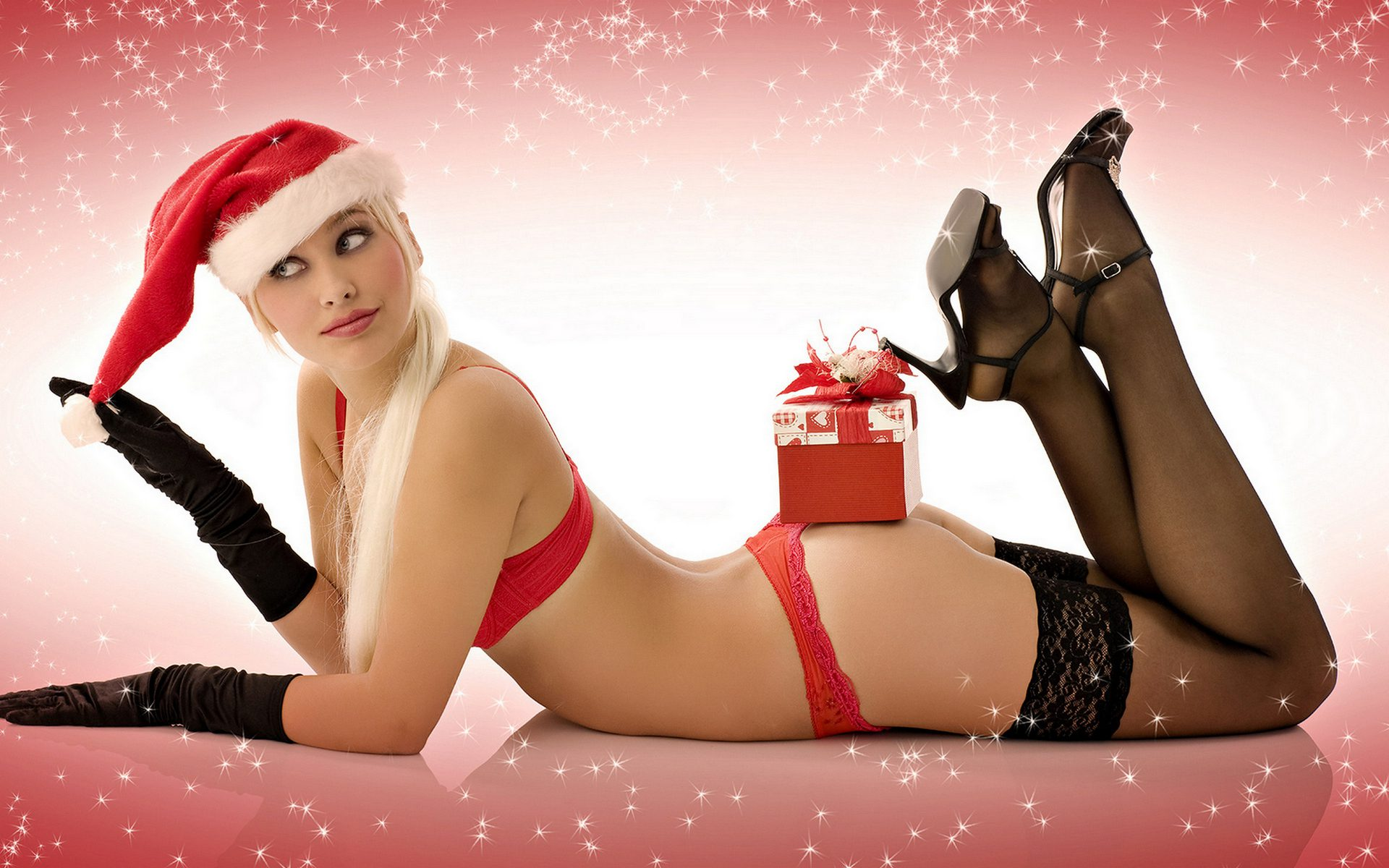 снегурочка лежит на полу почти без одежды, а на попе у нее лежит твой подарок.