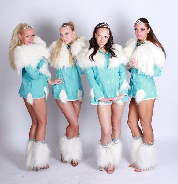 четыре голубые снегурочки смотрят на тебя