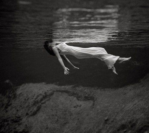 Стильная черно белая эротика девушка под водой #10