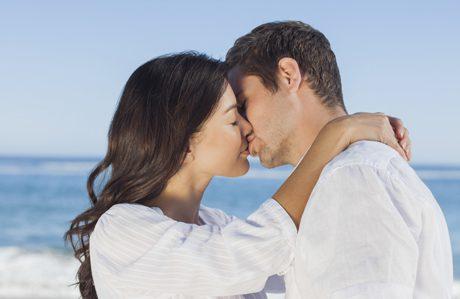 Фото где пацан с девушкой целуются в масках