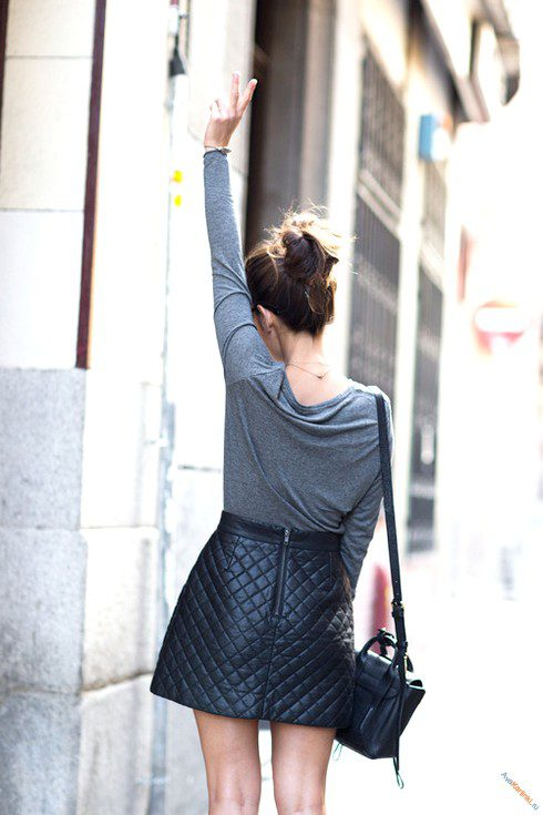 Девушка с букетом ромашек фото со спины