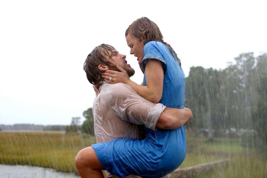 Парень целует рыжую девушку в грудь фото, попки в трусиках дома жопы