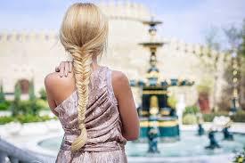 Девушка на пляже в платье