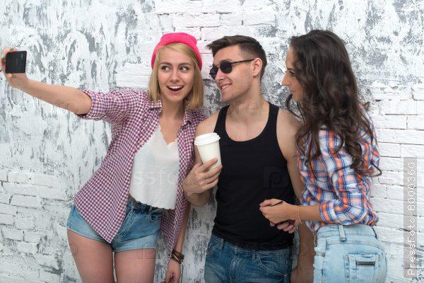 Две девушки трахнули парня фото