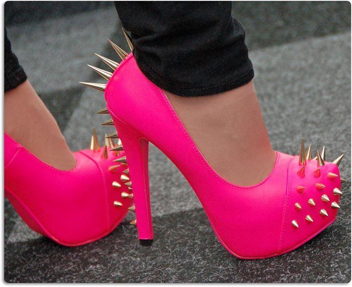 473874993f68 Далее предлагаем посмотреть и скачать бесплатно картинки красивых туфель.  Сиреневые туфли с цветком. Розовые туфли с бисером.