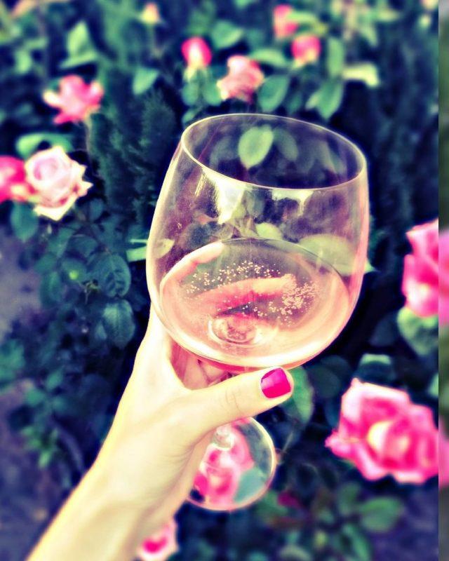 Картинка бокал с розовым вином
