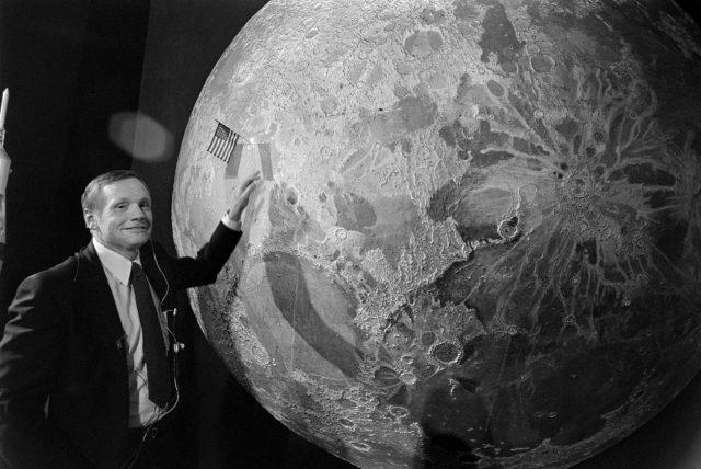 Нил Армстронг с макетом планеты