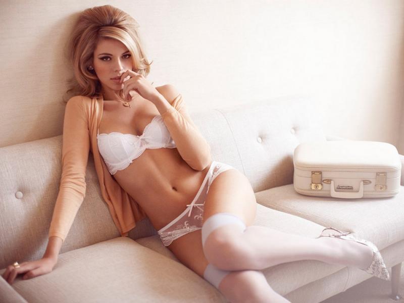 Девушка в нижнем кружевном белье с парнем сексуальное нижнее белье в фото