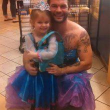 Любящий дядя поддержал 4-летнюю племянницу, переодевшись в принцессу (3 фото)