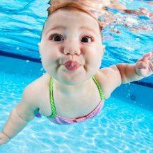 Забавные малыши под водой