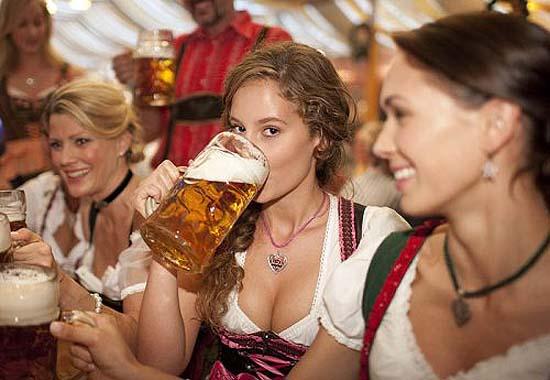 oktoberfest-girls-dirndl-beer-03