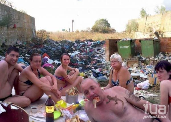 Застолье на фоне мусорки