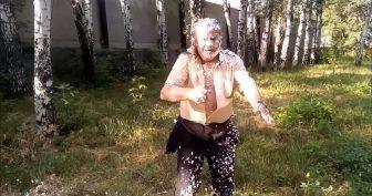 Дед разрубает топором баллон с монтажной пеной. (6 фото и 1 видео)