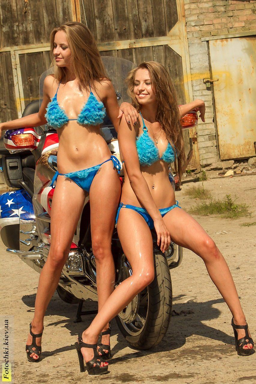 Сексуальные близняшки моют машину