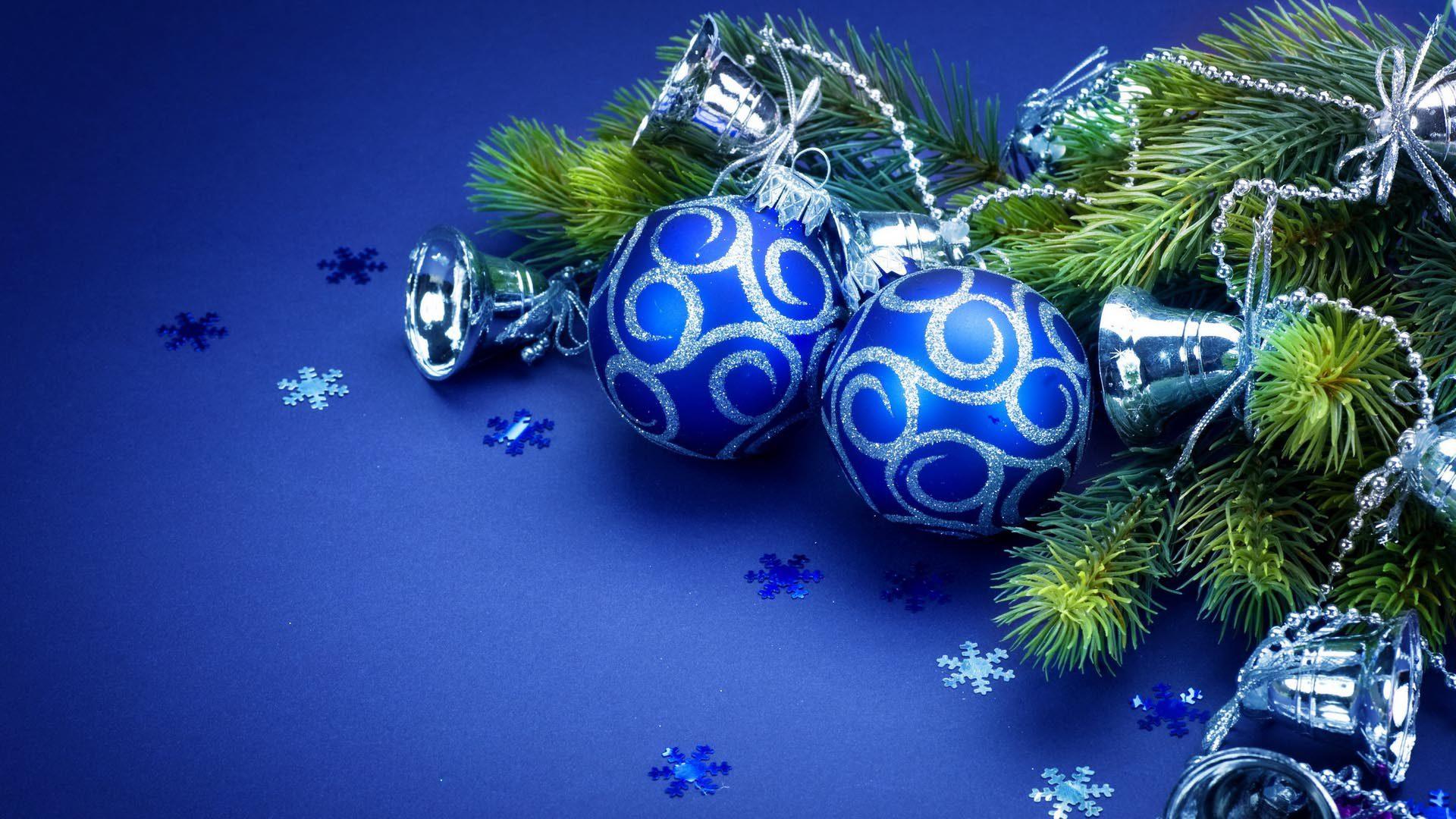 Новогодние шары красиво лежат на столе