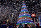 Потрясающая новогодняя елка и все вокруг в снежинках