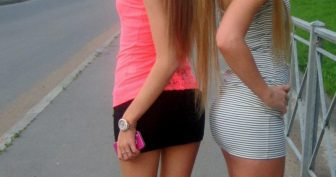 Блондинки в коротких юбках. (17 фото)