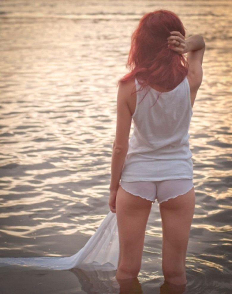 фото сзади красивой темноволосой