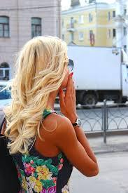 Фото девушки блондинки со спины с цветами