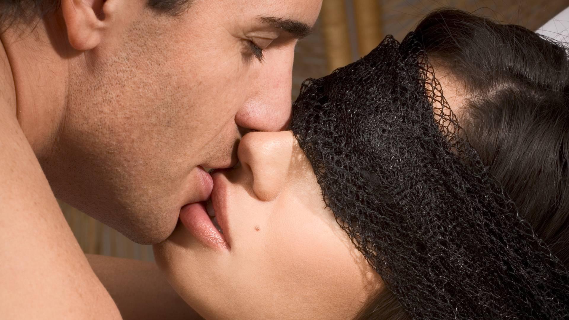 фото поцелуя красивого