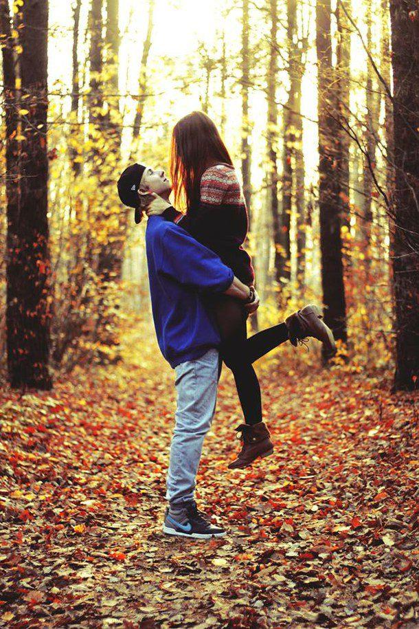Фото девушек на лавочке осенью