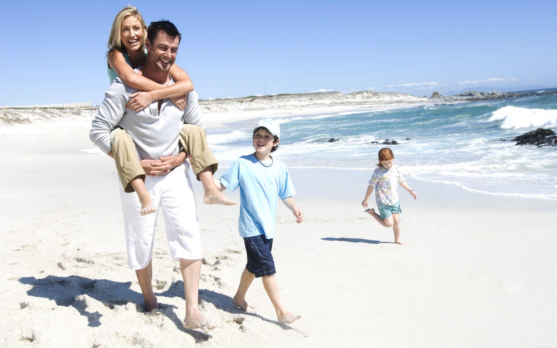 Счастливая семья со спины фото