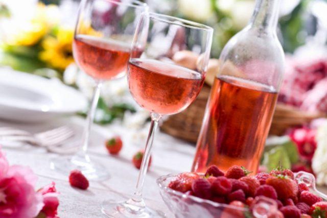 Розовое вино в бокале фото